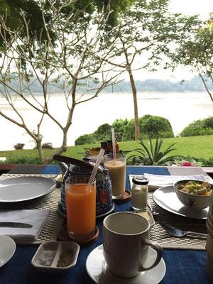 In Luang Prabang: Frühstück mit View auf dem Mekong. Friedlicher könnte es nicht sein!