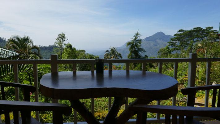 Blick von unserer Unterkunft in die schönen Berge bei Ella (1'000müM)