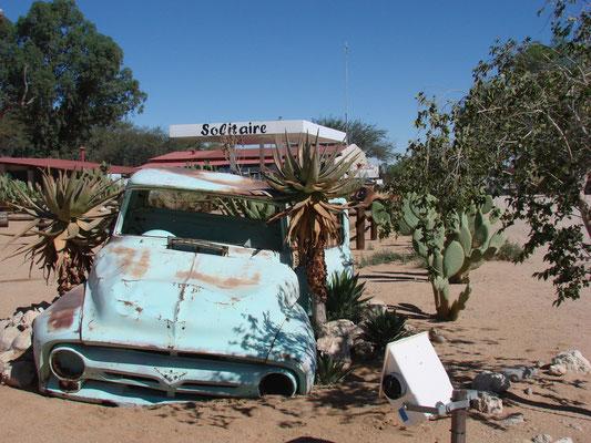 Tankstop in Solitair. Hier hält jeder an, der durch diese Gegend fährt. Erstens wegen dem Benzin, ...