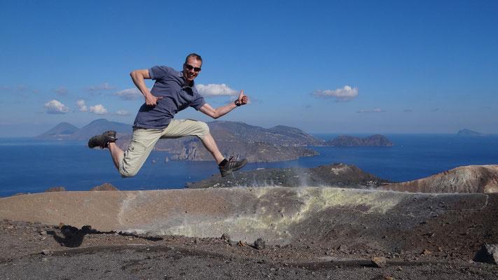 """Jump über dem Vulkan """"Volcano"""", Liparische Inseln, Sizilien, 2014"""
