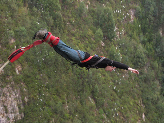 Bungee Jump von der Bloukrans Brücke (216m)