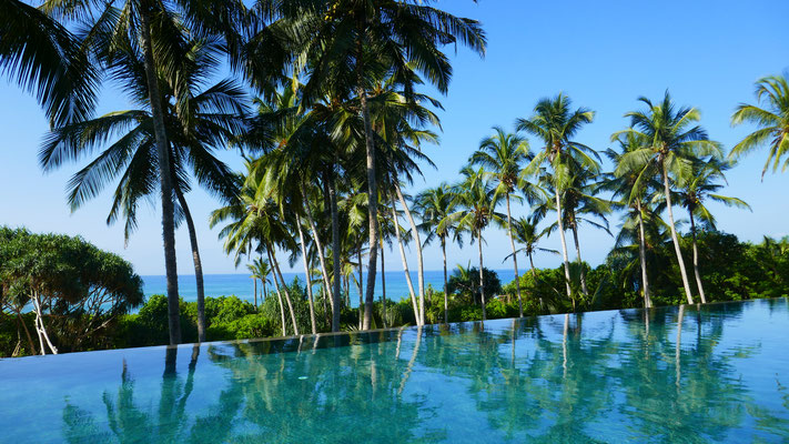 Infinity Pool mit Blick auf die Rekawa Beach