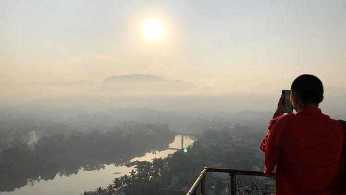 Sunrise auf dem Phousi Hill, 100m über der Stadt mit über 300 Treppen