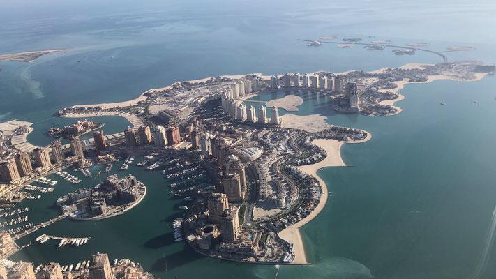 Nach einer kurzen Übernachtung Flugstart über Doha