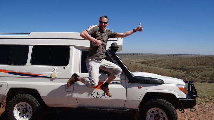 Jump vor unserem 4x4 Kea bei Broken Hill, Australien 2012