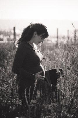 photo de grossesse, photo de bébé, photo noir et blanc, portrait noir et blanc, photo extérieur