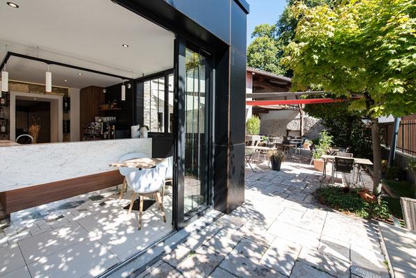les ouvertures du bar mènent directement vers la terrasse