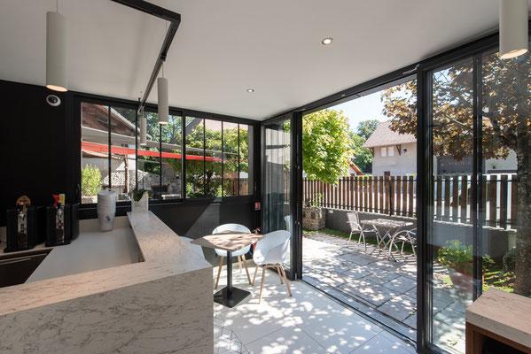 """la grande ouverture des baies vitrée permet un effet """"tout ouvert"""" vers la terrasse"""