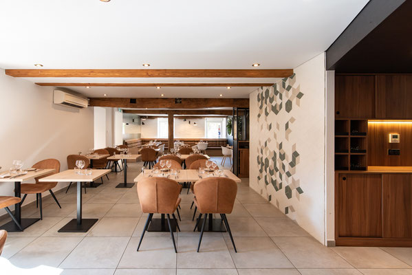 prise de vue géométrique d'une ancienne salle de restaurant rénové en alliant les anciens matériaux et la modernité