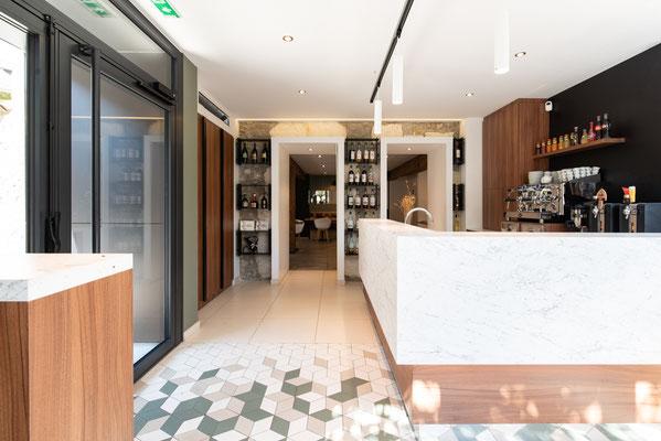 un aménagement tout en profondeur pour ce bar qui est aussi l'entrée du restaurant