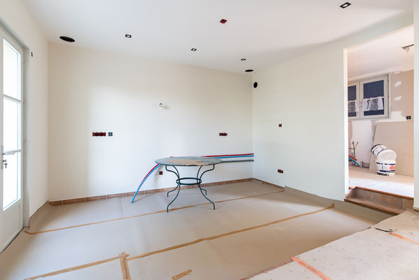 vue de l'espace dédié à la cuisine et à droite de la buanderie / garde manger