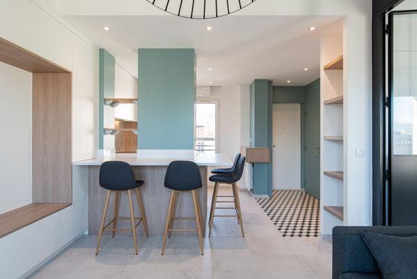 """jeu visuel des géométries contradictoires et esthétique qui démarque les """"zones"""" de l'appartement"""