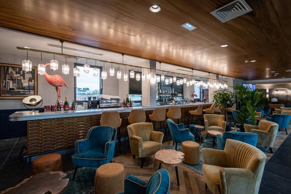 troisième passage, l'ensemble du bar est mis en place ainsi que la décoration et le mobilier, séance quelques heures avant l'inauguration