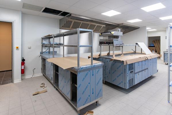 second passage après mise en place des éléments principaux de la cuisine, manque encore les fourneaux / four