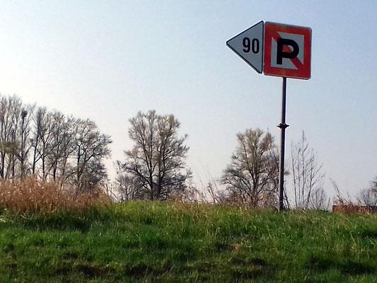 Liegeverbot (auf 90 m) links von dem Zeichen