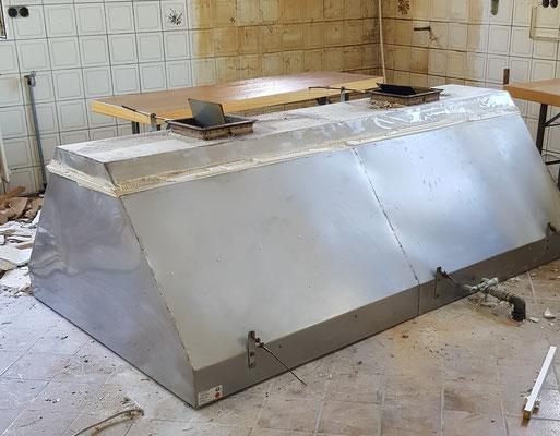 Der Dunstabzug der Küche muss noch zerstückelt werden, um diesen abtransportieren zu können.