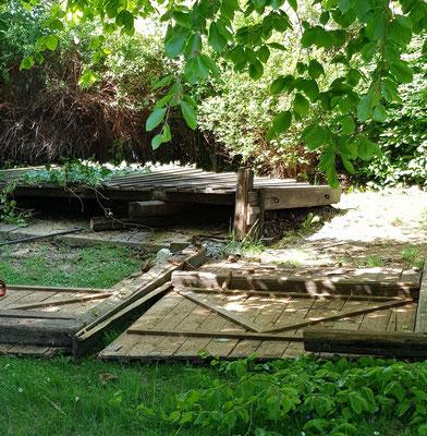 Die marode und einsturzgefährdete ehem. Grillhütte ist Geschichte. Im Bereich des Wirtsgarten wird das TS-Denkmal wieder seinen Platz finden.