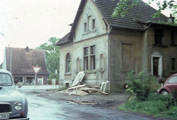 12 Kreuzungsbereich Am Burloh/Grevener Straße.  Rechts Reste der ehemaligen Villa Zimmermann. Auf der gegenüberliegenden Seite der  Grevener Straße in einer Senke, den  kleinen Kurzwarenladen von Frau Annemarie Wullers
