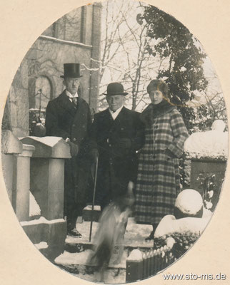 Zoodirektor Reichling mit Ehepaar Stahlhut vor der Tuckesburg Weihnachten 1923