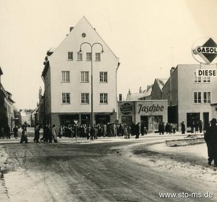 Schlangestehen - Äegidiistraße an der Tankstelle 1948