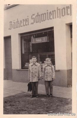 Vor der väterlichen Bäckerei Schwienhorst an der Neubrückenstraße