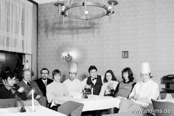 Gruppenbild der Gaststätteninhaber mit Mitarbeitern 1960er Jahre