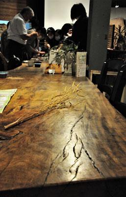 広々と落ち着いたカフェスローの店内