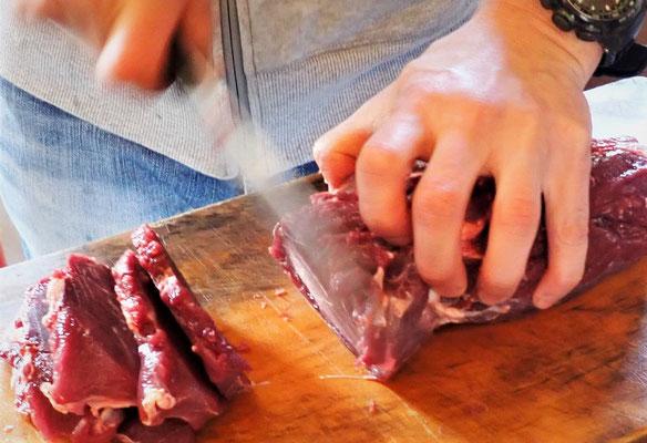 千葉からは、イノシシの肉が届きました。プロの焼き肉レストランのシェフの方が調理くださいました。