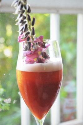 葛の花をラビットアイ(トマトジュースをビールで割ったカクテル)に添えて