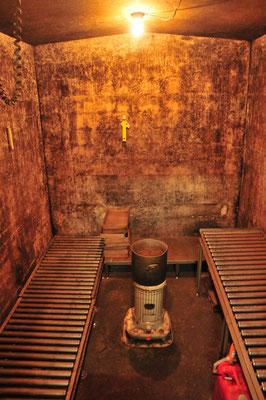 麹を醗酵させる室(むろ)は半地下です。真冬でも夜中に起きて麹の具合を確かめに行きます。