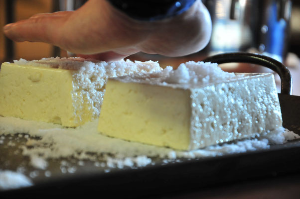 石窯で焼く豆腐を、まず塩で水を切ります。