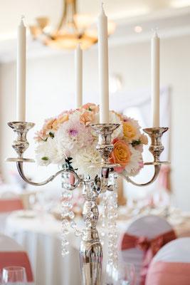 Composition florale sur chandelier 5 branches de hauteur 70 cm. Très chic.