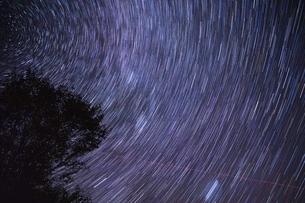 Langzeitbelichtung der Sternbildes Perseus mit den Plejaden.