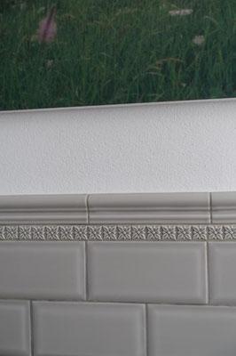 "Serie ""NERI"", Metro silver mist 7,5x15 cm // Bordüre: Serie ""STUDIO"", Relieve Ponciana graystone 3x19,8 cm"
