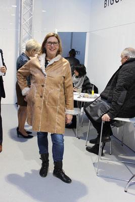 'See you' hat auch diese Alcantara-Jacke mit Kunstfell im Programm.