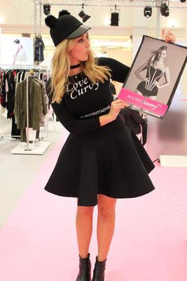 Laura präsentierte zudem den Kalender von beautifulcurves.com, bei dem sie als einziges professionelles Model mitgemacht hat. Wer sehen will, wie schön auch Laien-Models sind, kann den Kalender dort kostenlos downloaden.