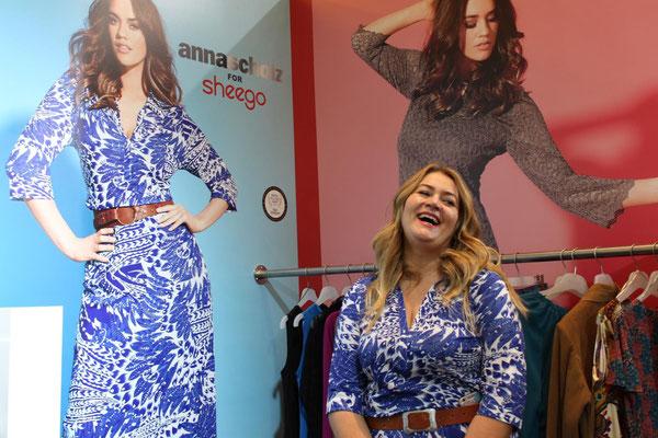 """Eines ihrer Lieblingsteile aus der eigenen Kollektion ist das blau-weiß gemusterte Jerseykleid: """"Das ist so bequem, das dehnt sich, da zwickt nichts und man kann es den ganzen Tag lang tragen - ob mit Flip Flops, Turnschuhen oder Boots!"""""""