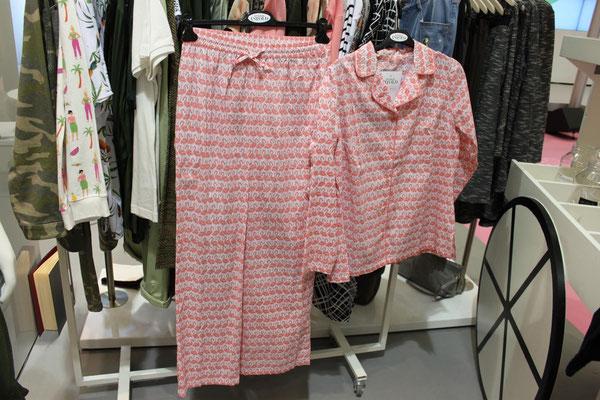 Sogar der Flamingo-Pyjama von Studio Untold bringt Korallenrot mit!