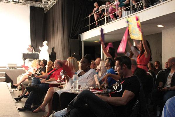 Die Fans feuern ihre Lieblings-Kandidatinnen lautstark an.