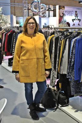 Los geht es beim Label 'See you', wo ich schon im Sommer eine tolle Jacke in Beige entdeckt habe. Diesen Schnitt gibt es nun in Gelb und warm gefüttert. Da kann der Winter kommen...