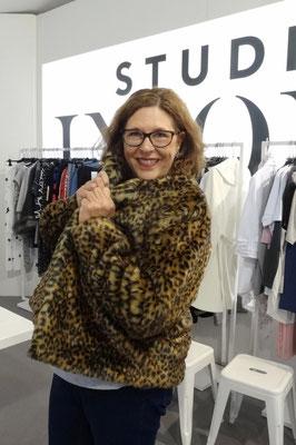 Eigentlich bin ich ja Löwe. Aber bei Studio Untold werde ich zum Leoparden. Die Kunstfell-Leo-Jacke ist doch ganz witzig, oder?