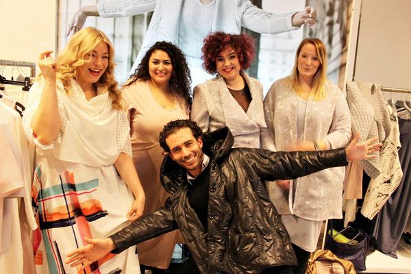 Die Freude ist riesig! Zusammen mit Plussize-Model Caterina Pogorzelski (links) wurde am Messestand mit Freunden gefeiert.