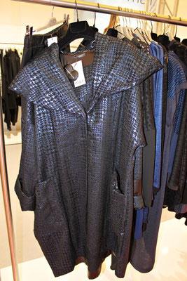 Ein Highlight der MAT-Kollektion ist dieser Mantel in glänzendem Blau.