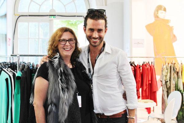 Ich bin verliebt! Aber nicht in den französischen Designer Olivier Wartowski. Der ist zwar supernett. Aber meine Liebe gehört seinen Outfits!