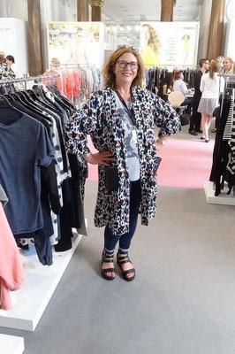 Das dänische Label Adia hat extra eine Kollektion entworfen, die auch untereinander gemischt werden kann. Besonders auffällig: Dieser leichte Mantel aus buntem Leo-Print. Lustig!