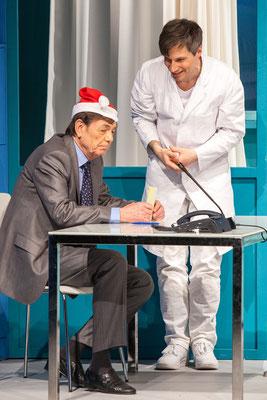 Und alles auf Krankenschein - Schlosspark Theater Berlin © DEHMEL (Regie Anatol Preissler)