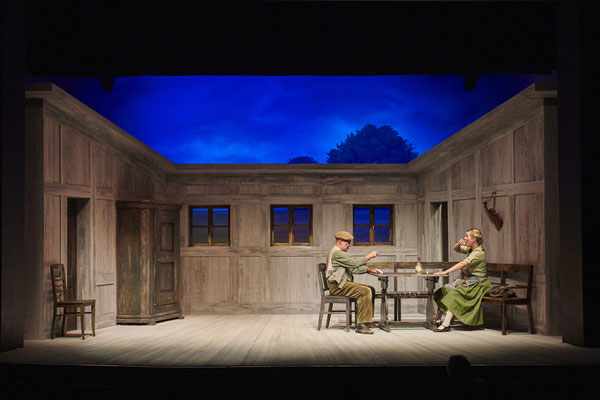 Op Düvels Schuuvkoor / Verteufelte Zeiten - Ohnsorg Theater Hamburg © Oliver Fantitsch (Regie Anatol Preissler)