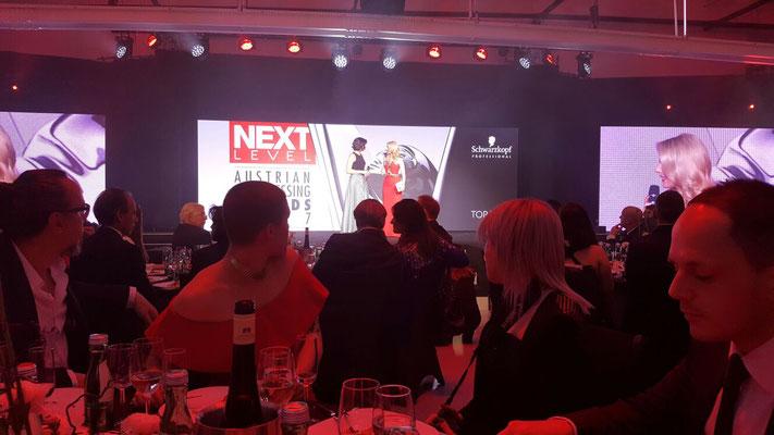 ... Sonja Knautz - Geschäfsführerin von Schwarzkopf Professional Österreich begrüßt das Publikum ...