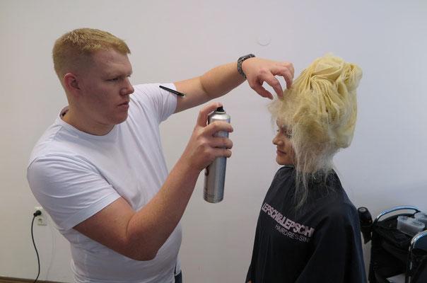 unser Stefan beim Finish seiner Avantgarde Frisur
