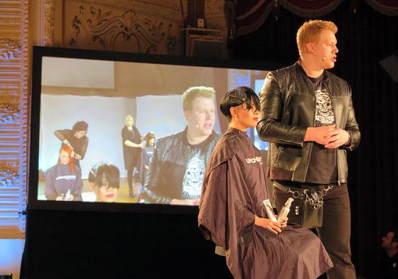 Stefan Schedlberger erklärt sein Konzept des Haarschnittes
